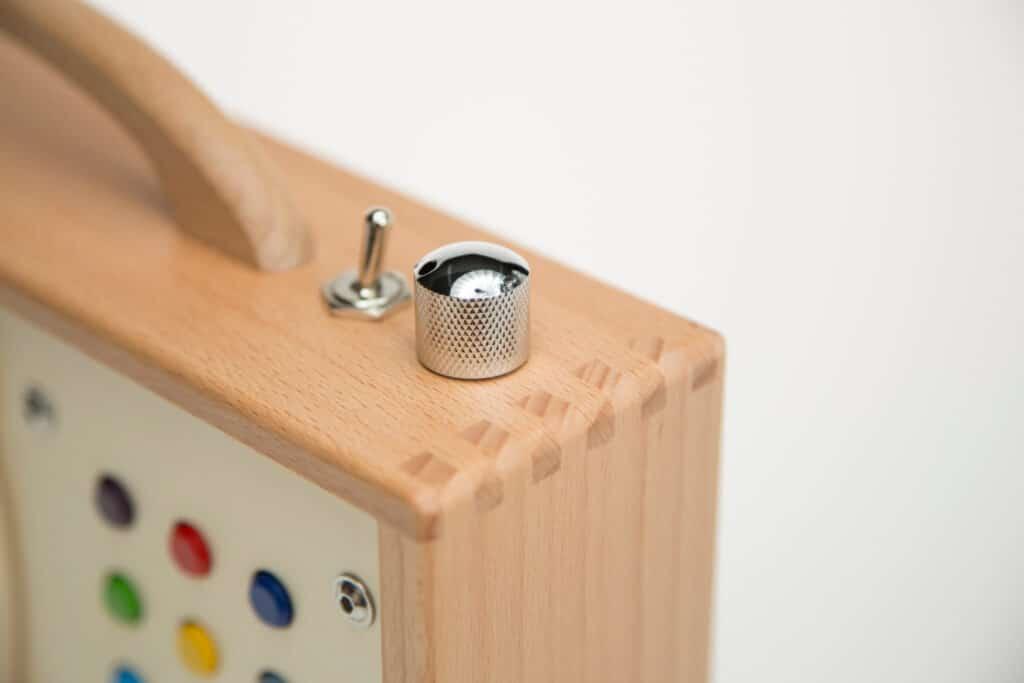 Lautstärkeregler und Schalter an einem Kinder-mp3-player