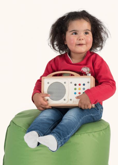 Mädchen hat Spaß beim Musik hören mit hörbert