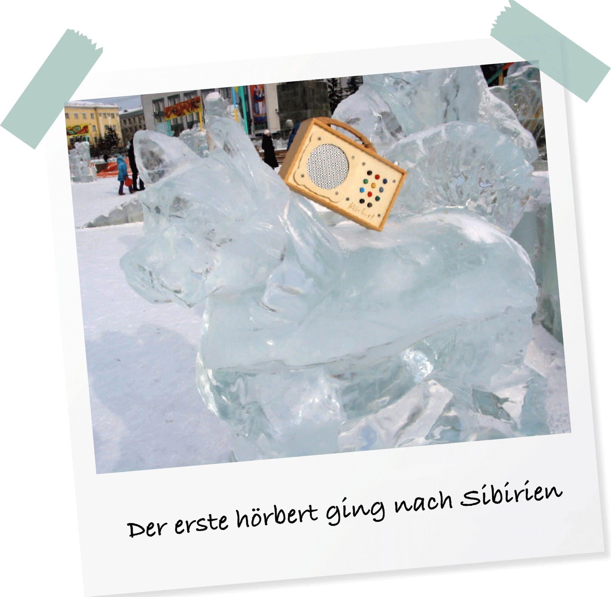hörbert ist in Sibirien auf einer Eisskulptur zu sehen