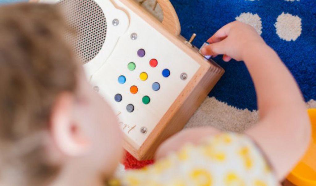 Ein Kind regelt die Musiklautstärke