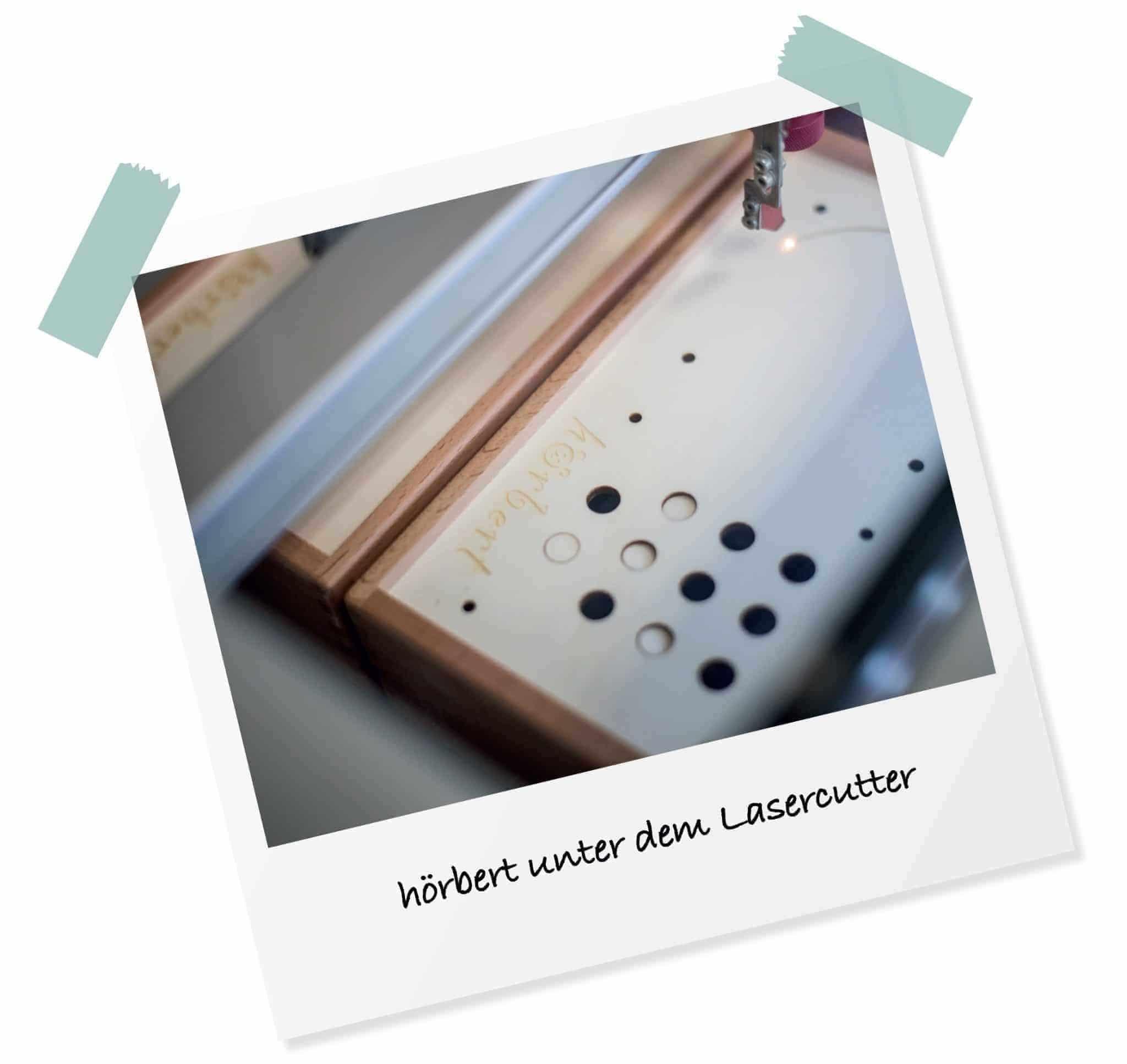 Lasercutter schneidet Holz