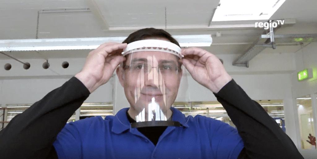 Rainer Brang mit Gesichtsschutz aus PVC